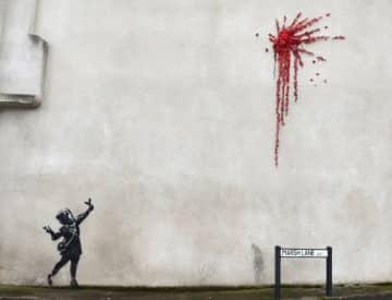 英西部ブリストルで13日朝、覆面ストリートアーティスト、バンクシーのものとみられる壁画が発見された。ブリストルはバンクシーの出身地とされている - (2020年 ロイター/Rebecca Naden)