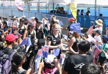 市民らの歓迎を受けるホッケーの女子ニュージーランド代表チームの選手ら=2019年8月