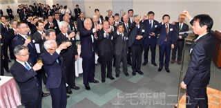 上毛新聞社の内山充社長の発声で乾杯する交流会の参加者