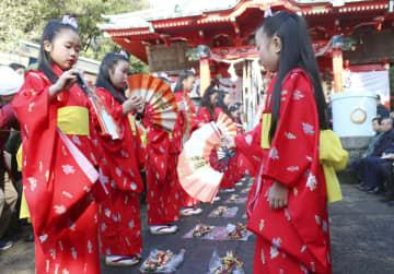 「風流」に属する国の重要無形民俗文化財のうち、既にユネスコ無形文化遺産に登録されている神奈川県の「チャッキラコ」=1月、神奈川県三浦市(文化庁提供)