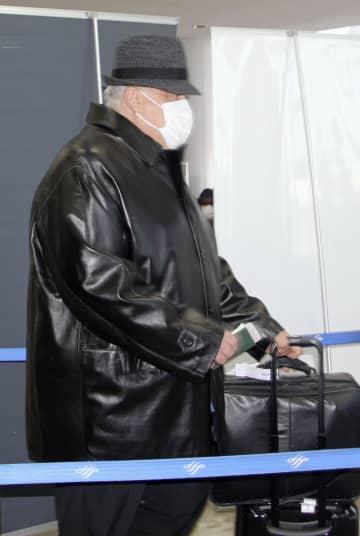 ロシアに向け出国する、在日ロシア通商代表部のアントン・カリーニン代表代理とみられる男性=10日、成田空港