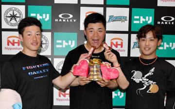 日本ハム・清宮(中央)にチョコを食べさせる吉田輝(左)と河野