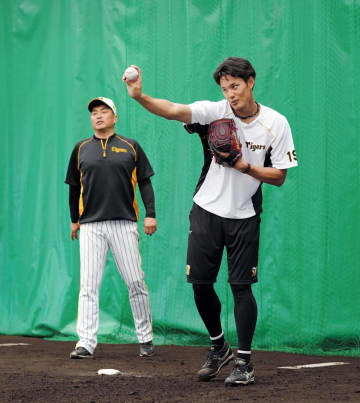 山本昌臨時コーチ(左)が見守る中、投球フォームを確認する藤浪(撮影・山口登)