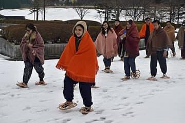 角巻、もんぺ、かんじき姿で雪上を歩くベトナムの旅行関係者