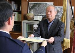 ビルから飛び降りしようとした高齢男性を救助し、表彰される佐藤豊広さん=須磨署