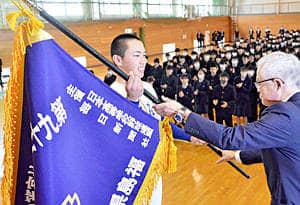 阿部校長から選抜旗を受ける岩間(左)=磐城高