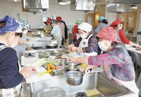調理実習を楽しむ自治会の女性メンバーたち