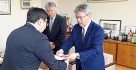 小笠原市長に目録を手渡す内山社長(右)