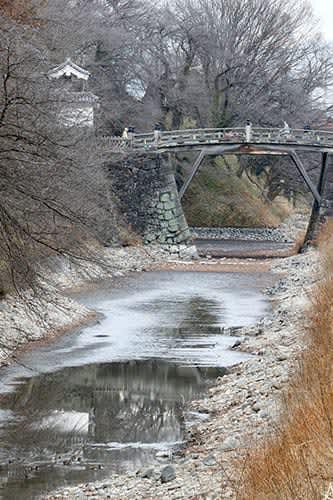 厳冬期の循環ポンプ破損防止でお堀の水がほとんどなくなる珍しい情景が見られる霞城公園=山形市