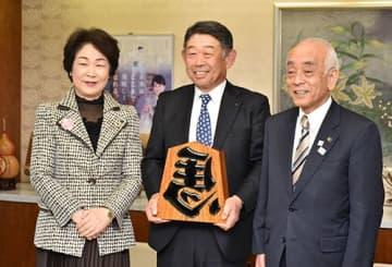 三井屋工業の野口明生社長(中央)が吉村美栄子知事(左)に米沢市への新工場建設を報告した。右は中川勝市長=県庁