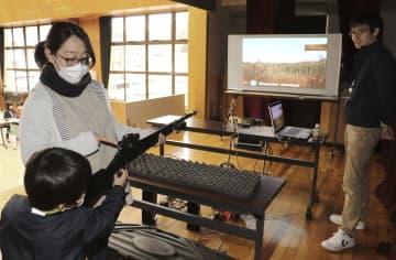 猟銃の模擬体験コーナー=15日、和歌山県古座川町