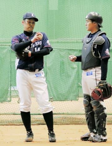 投球練習後に捕手と話し込む西武・増田達至=宮崎県日南市