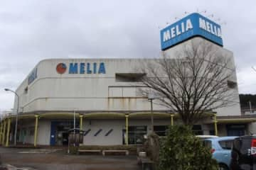 1階にリオン・ドールの出店が決まった商業施設「メリア」=14日、JR加茂駅前