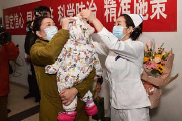 新型肺炎に感染した生後9カ月の女児が退院