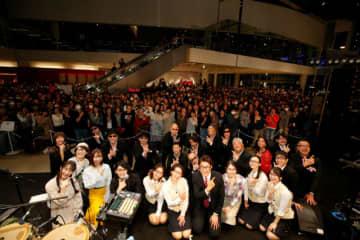 「チーム安部礼司」メンバーと、新キャスト・コナツを演じる飯田里穂(前列・左から2番目)、横山剣さん(2列目・左から3番目)率いるクレイジーケンバンド