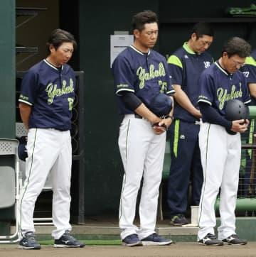 楽天との試合前、野村克也さんを追悼し、黙とうするヤクルト・高津監督(左端)=15日、沖縄県金武町