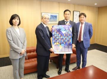 中村知事にサイン入りのポスターを手渡す徳永選手(右から2人目)=県庁