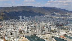 神戸市は都市部でのオフィスビル建設促進と、六甲山上へのオフィス誘致で経済活性化を図る=2019年4月撮影