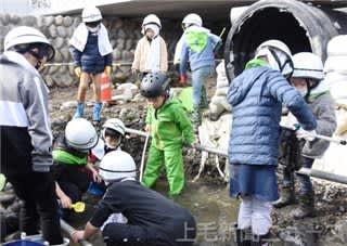 川底露出した広瀬川を探検 前橋で親子ら40人