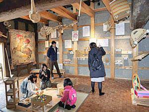 段ボール製のおもちゃや巨大絵などが紹介されている展覧会