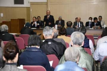 愛南町議会の報告会で発言する内倉議長(中央)
