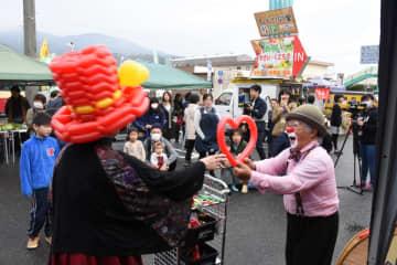 おおまち絆マルシェでバルーンアートを楽しむ人たち=大町町のおおまち情報プラザ