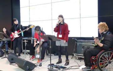 ステージに挑むエスペラントのメンバー=15日、大阪市北区のカンテレ扇町スクエア