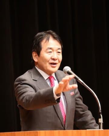 国際社会の動向や大村の発展性について話す竹中氏=大村市、シーハットおおむら