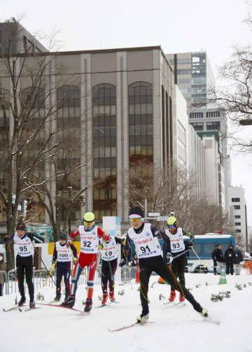札幌市中心部の大通公園周辺で開かれたクロスカントリースキー大会=16日