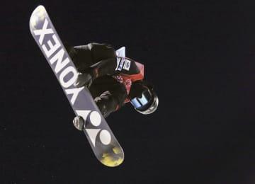 スノーボードW杯の男子ハーフパイプで優勝した平野流佳のエア=カルガリー(カナディアンプレス提供・AP=共同)