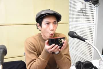 """賀来賢人の「好きな味噌汁の具材ベスト3」わかめ&豆腐、大根をしのぐ""""意外な食材""""とは!?"""