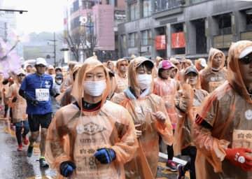 マスクを着け、熊本城マラソンをスタートするランナー=16日、熊本市