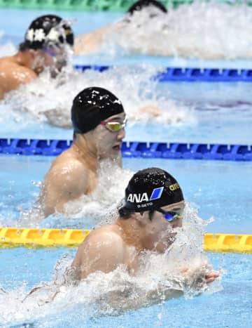 男子100メートル平泳ぎ決勝 優勝した瀬戸大也(手前)=東京辰巳国際水泳場