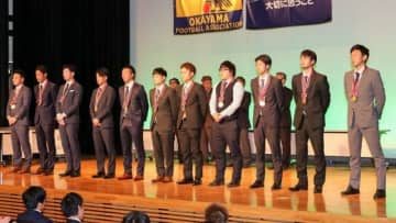 ベストイレブンとして表彰された岡山リーグの選手=山陽新聞社さん太ホール
