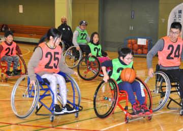 車いすバスケを体験する参加者ら=横浜市磯子区のたきがしら会館