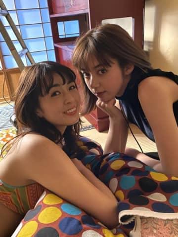 池田エライザの脚に手を置く柳ゆり菜 『週プレ』表紙が超キュート