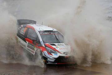 WRC第2戦、ラリー・スウェーデンで疾走するトヨタのエルフィン・エバンズ=16日、トールスビー(ロイター=共同)