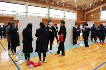 さまざまな研究の成果を発表する生徒たち(福知山市土師・福知山高)