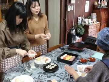 農家民宿で美山の暮らしを体験する参加者たち(京都府南丹市美山町)