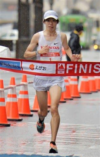 熊日30キロロードレースの男子1位でフィニッシュする設楽悠太(ホンダ)=16日午前、熊本市中央区のびぷれす熊日会館前(後藤仁孝)