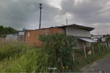 事件のあった会社。倉庫として使われているコンテナの中で男性の遺体が見つかったという(C)Google