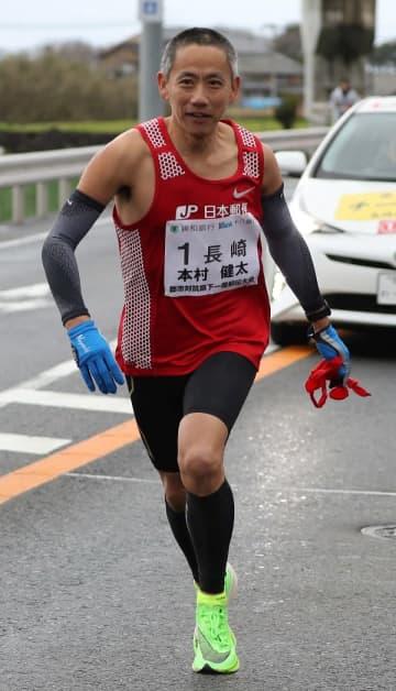 10区で区間賞を獲得した長崎の本村健(長崎中央郵便局)=雲仙市