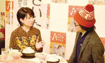 イートインで提供される料理を試食しながら、来場を呼び掛けるフリーアナウンサーの小島奈津子さん(左)=16日午前、さいたま市大宮区のそごう大宮店