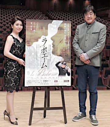 開館15周年記念のプロデュースオペラ「ラ・ボエーム」でミミ役を務める砂川涼子さん(左)と佐渡裕芸術監督=兵庫県西宮市