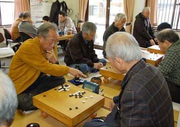 名人位を懸けて攻防戦を繰り広げる参加者=16日、倉吉市下田中町の中部囲碁会館