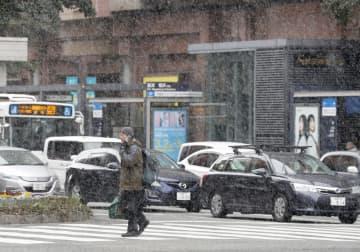 雪が舞う福岡市の繁華街・天神=17日午前
