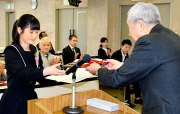 最優秀賞に輝き、表彰状などを受け取る今治西高校放送部の生徒=16日午後、松山市上野町