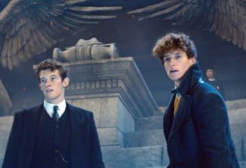 第2弾『ファンタスティック・ビーストと黒い魔法使いの誕生』より弟のことが大好きなテセウス&弟ニュート - Warner Bros. / Photofest / ゲッティ イメージズ