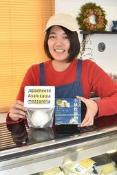 北海道と関西をつなぐ架け橋になりたいと北海道チーズ専門店「ほのか商店」を昨年10月にオープンした室蘭市出身のオーナー大東穂野香さん=西宮市山口町船坂