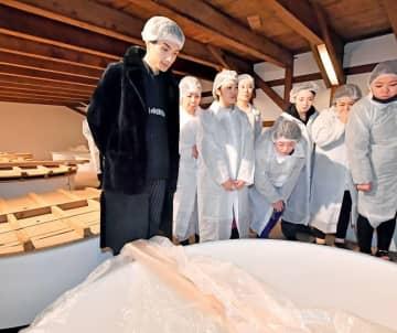 ファンと一緒に仕込みタンクを見学する橘ケンチさん(左)=2月15日、福井県福井市御幸1丁目の「常山酒造」